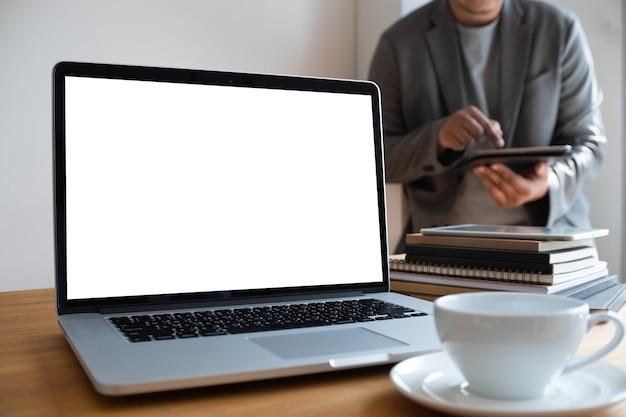 Ordinateur Portable Avec Un écran Blanc Sur La Table. Projet De Fond De L'espace De Travail Nouveau Sur Ordinateur Portable Avec Co Blanc Photo Premium