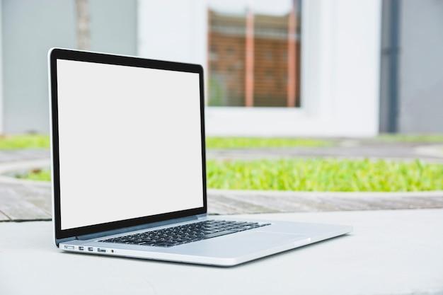 Ordinateur portable avec écran blanc vide sur passerelle Photo gratuit