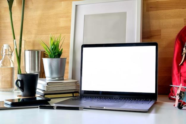 Ordinateur portable espace de travail étudiant, des livres et des affiches. Photo Premium