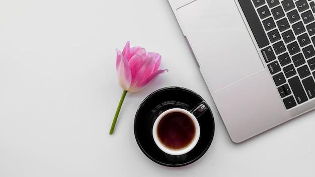 Ordinateur portable avec des fleurs et une tasse de café Photo gratuit