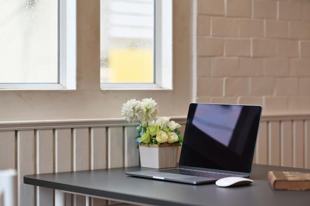 Ordinateur portable avec des fournitures de bureau et des gadgets sur une table en bois Photo Premium