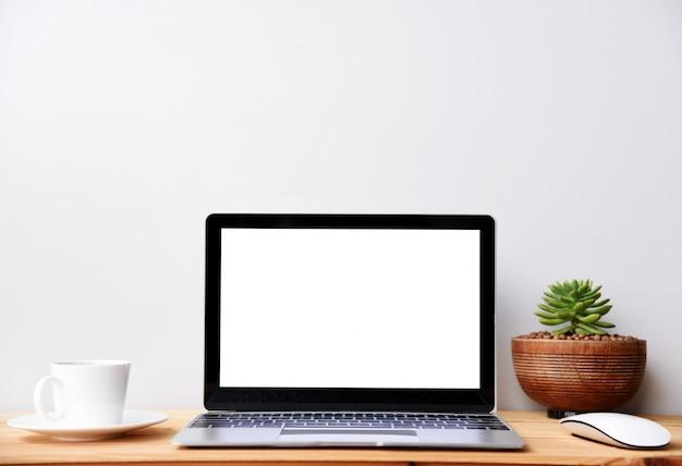 Ordinateur portable moderne à écran blanc avec souris et tasse à café, espace de travail Photo Premium