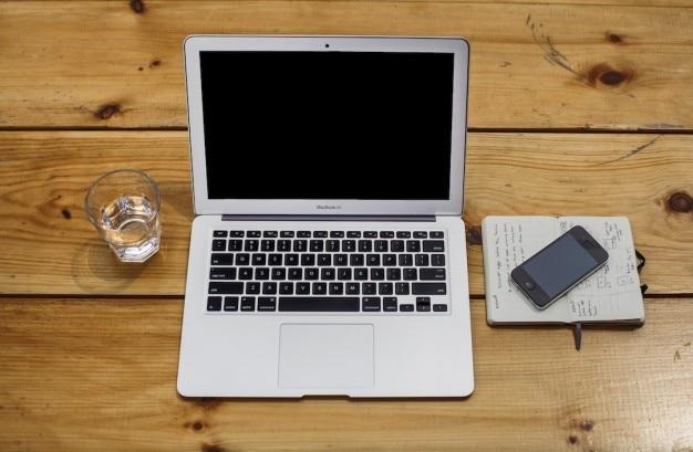 Ordinateur portable ouvert sur le vieux bureau en bois