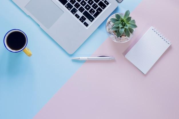Ordinateur portable et plante près de clavier et de café Photo gratuit