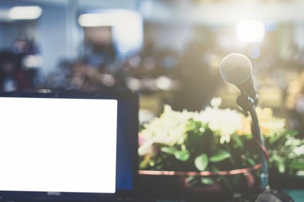 Ordinateur portable professionnel et microphotone à la tribune du séminaire conférence Photo Premium