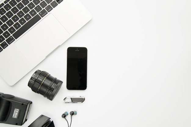 Ordinateur Portable à Proximité D'un Smartphone Et D'appareils Numériques Photo gratuit