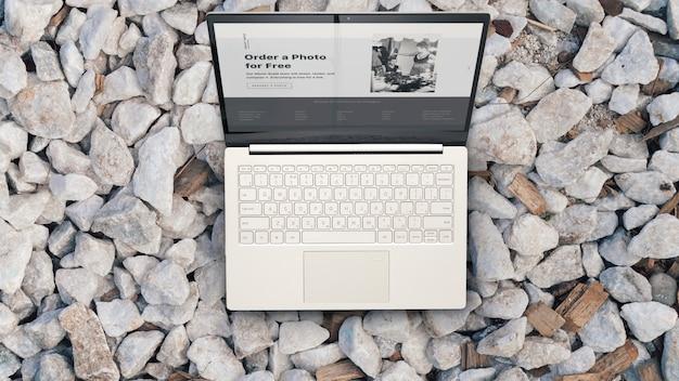 Ordinateur portable sur les rochers Photo Premium