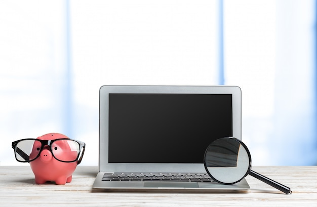 Ordinateur portable sur une table en bois Photo Premium