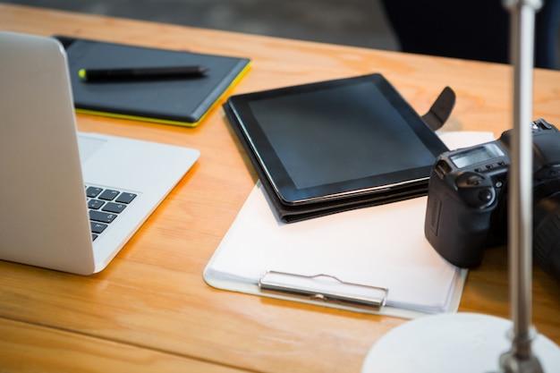 Ordinateur Portable, Tablette Numérique Et Appareil Photo Numérique Sur Le Bureau Photo Premium