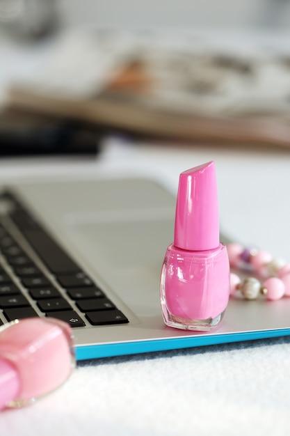 Ordinateur portable et vernis à ongles Photo gratuit