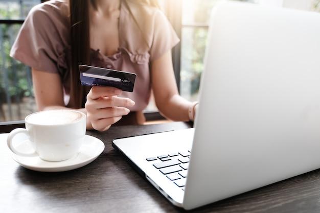 Ordinateur portable vierge pour concept de commerce électronique maquette avec payer de l'argent Photo Premium