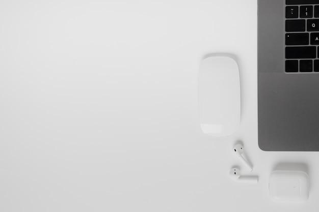 Ordinateur portable vue de dessus avec souris et casque Photo gratuit