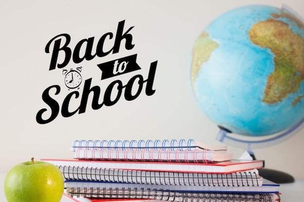 Les ordinateurs portables et globe avec la phrase de retour à l'école Photo gratuit