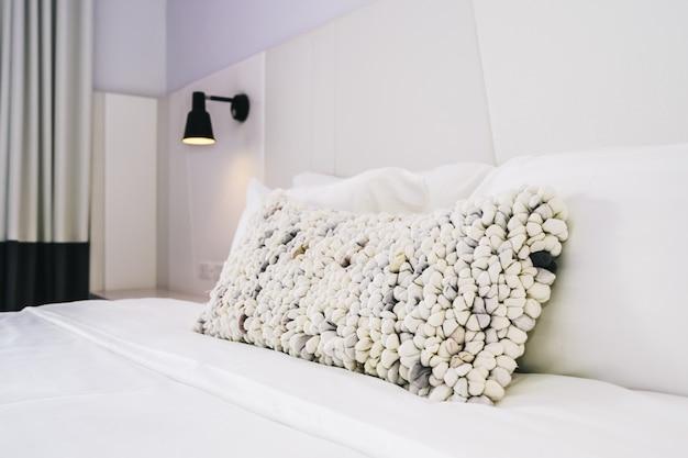 Oreiller blanc sur la décoration du lit dans un bel intérieur de chambre à coucher de luxe Photo gratuit