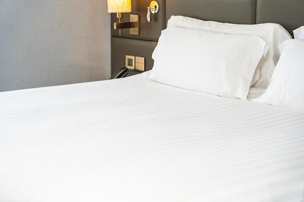 Oreiller Blanc Sur L'intérieur De La Décoration De Lit De Chambre Photo gratuit