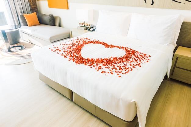 Oreiller blanc sur le lit Photo gratuit
