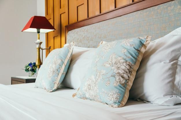 Oreiller confort sur le lit Photo gratuit
