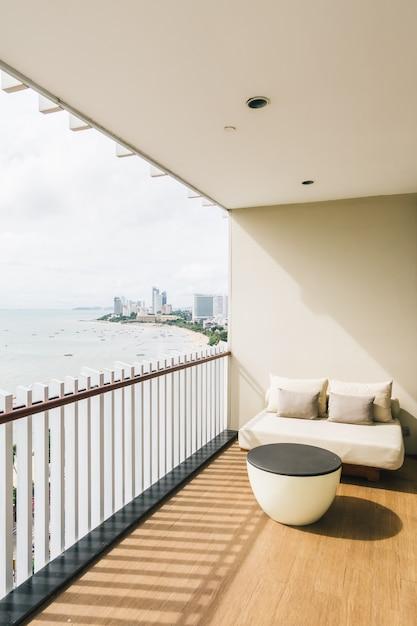 Oreiller confortable sur le balcon extérieur Photo gratuit