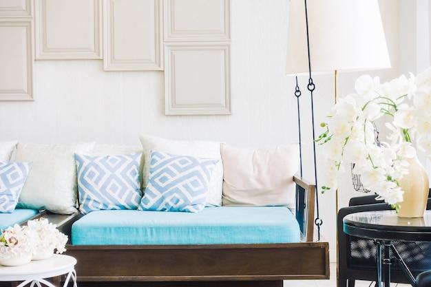 Oreiller confortable sur le canapé Photo gratuit