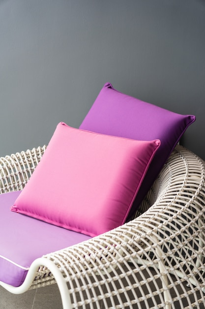 Oreiller confortable sur la chaise de canapé Photo gratuit