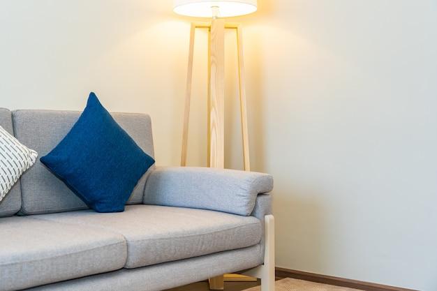 Oreiller Confortable Sur La Décoration Du Canapé Avec Intérieur De La Lampe Lumineuse Photo gratuit