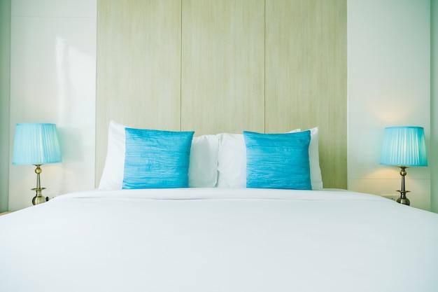 Oreiller confortable sur le lit Photo gratuit