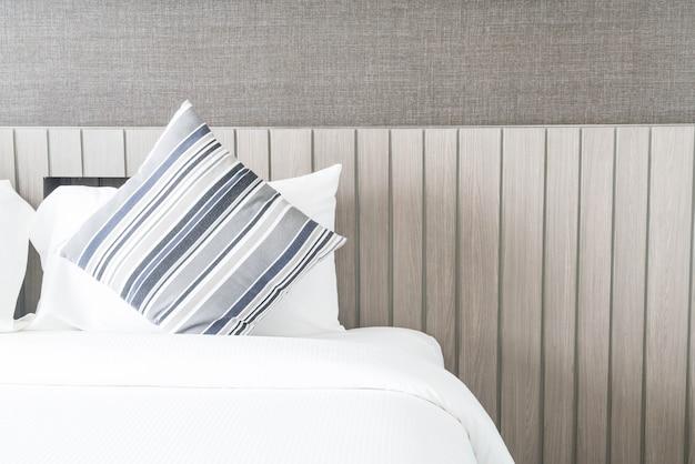 Oreiller sur la décoration du lit dans la chambre Photo gratuit