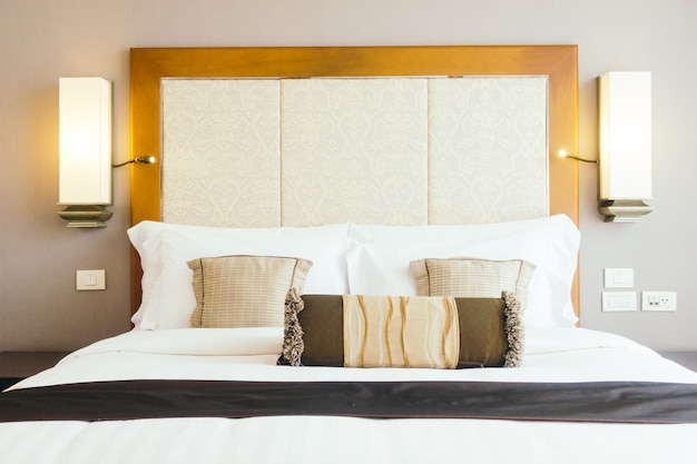 Oreiller sur le lit Photo gratuit