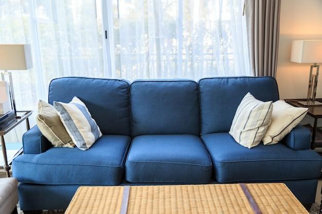 Un Oreillers Sur Un Canape Bleu Avec Lampe Dans Le Salon