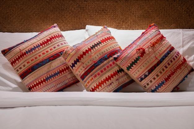 Oreillers confortables sur le lit dans la chambre. Photo Premium