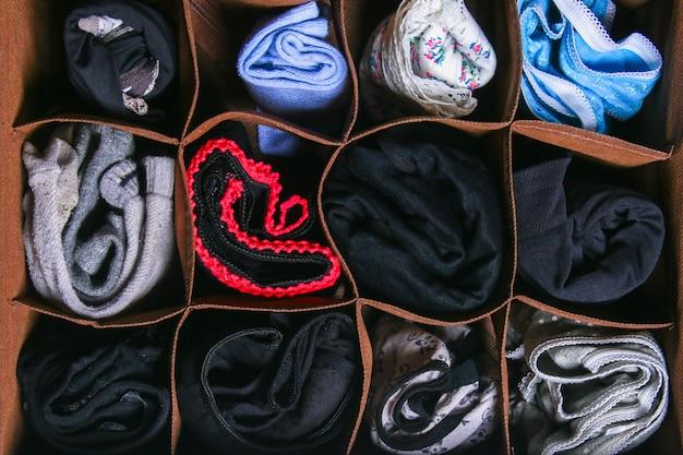 Organisation du rangement des chaussettes et des culottes dans le tiroir de la commode, du meuble. Photo Premium