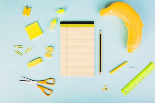 Organisation de fournitures scolaires ou de bureau sur le thème de la banane Photo gratuit