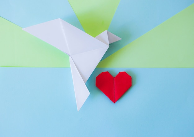 Origami Colombe Blanche Et Coeur Rouge Avec Fond Géométrique Vert Et Bleu Photo Premium