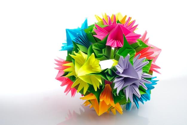 Un Origami Kusudama De Fleurs Arc En Ciel Isolées Du Blanc Photo Premium