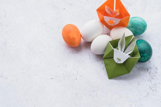Origami de lapins verts et orange et ensemble d'oeufs de pâques Photo gratuit