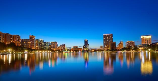 Orlando skyline sunset at lake eola florida us Photo Premium