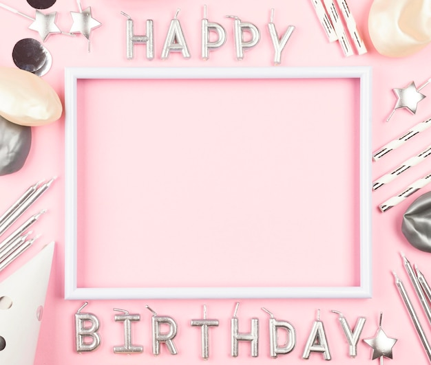 Ornements D'anniversaire Sur Fond Rose Photo gratuit
