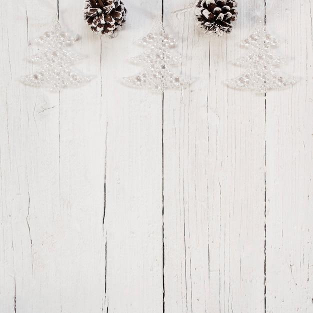 Ornements D'arbre De Noël Lumineux Sur Fond Blanc Photo gratuit