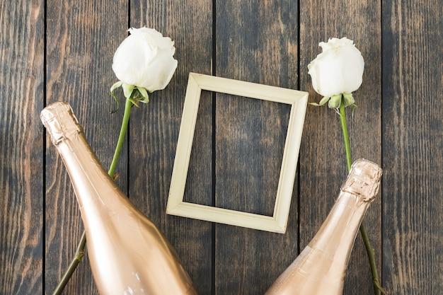 Ornements de mariage avec une bouteille de champagne Photo gratuit