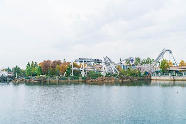 Osaka, japon. montagnes russes dans le parc d'attractions universal studios à osaka, au japon. Photo Premium
