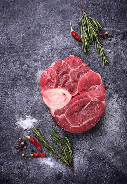 Osso buco de viande crue aux épices Photo Premium