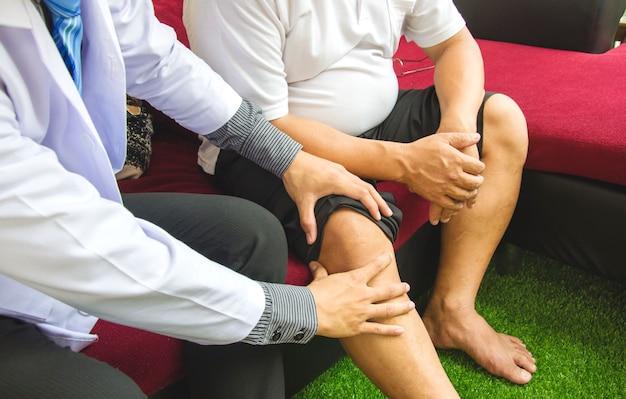 Ostéoporose patient et kinésithérapeute, concept de soins de santé à domicile. Photo Premium