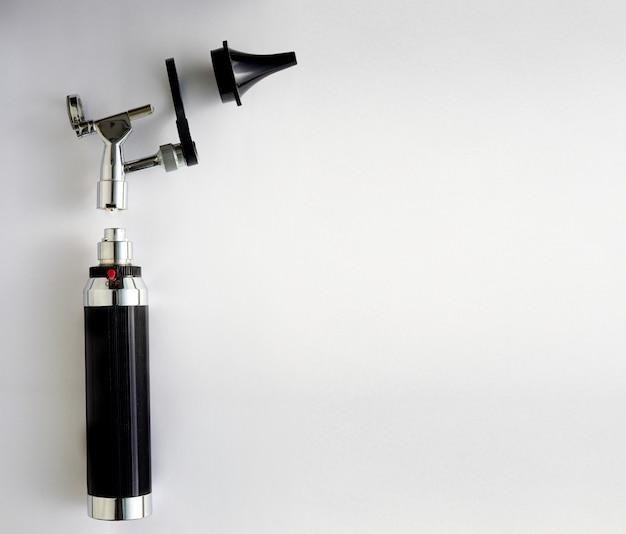 Otoscope pour examen orl de docteur en oreille sur pièces démontage avec espace de copie Photo Premium
