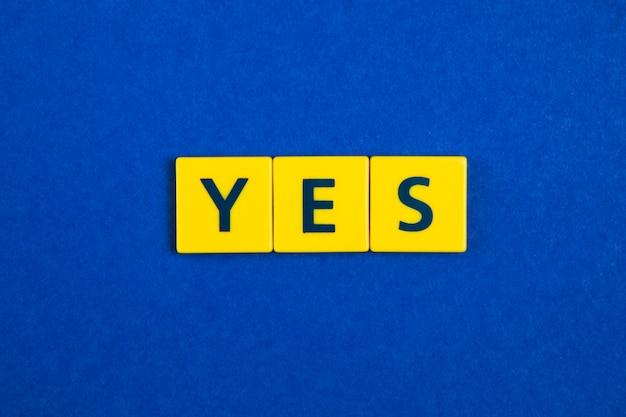 Oui mot sur les carreaux jaunes Photo gratuit