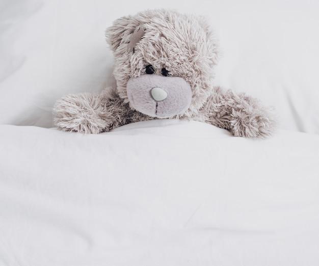 Ours en peluche au lit Photo gratuit