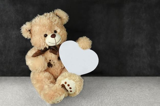 Ours en peluche avec coeurs rouges vous souhaite une bonne saint-valentin Photo Premium