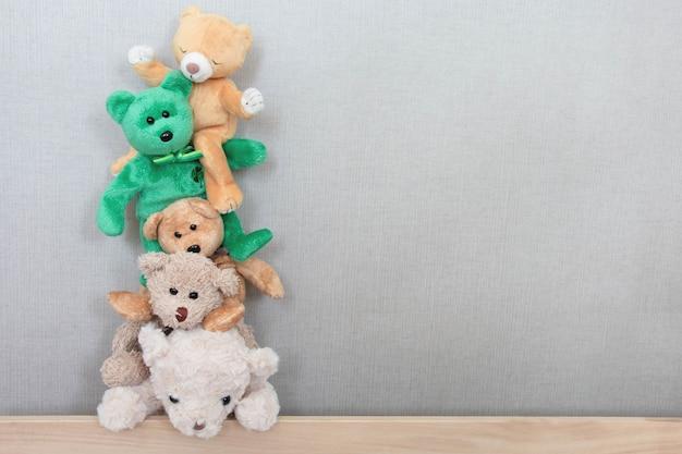 Les Ours En Peluche Jouent Dans Une Rangée Avec Une Sensation De Joie Photo Premium