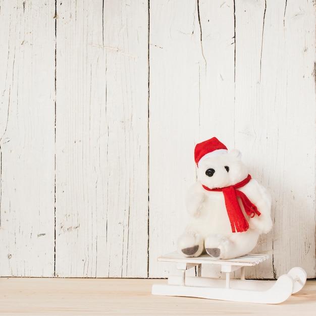 Ours polaire de noël avec traîneau et espace de copie Photo gratuit