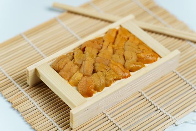 Oursin Japonais Dans Un Plateau En Bois, Ingrédients De Sushi Et Sashimi Photo Premium