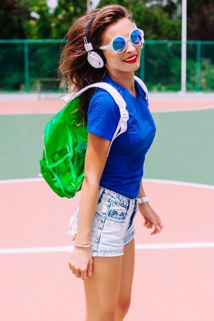 Outdoor Close Up Portrait De Mode De Femme Sportive Bronzée Sensuelle Heureuse Posant Dans Le Sol Photo gratuit